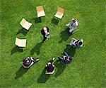 Gens d'affaires ayant une réunion en plein air