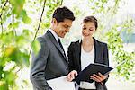 Geschäftsleute suchen bei Report zusammen im freien