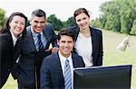 Gens d'affaires travaillant ensemble au guichet à l'extérieur