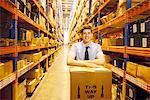 Travailleur permanent dans l'entrepôt avec boîte