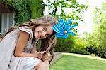 Mädchen im Hinterhof halten Nadelrad