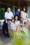 Famille assis sur la terrasse
