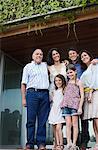 Famille se tenant debout ensemble sur patio