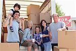 Pause famille prise près de camion de déménagement