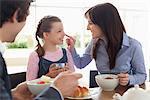 Famille manger petit déjeuner ensemble