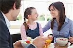 Familie zusammen frühstücken