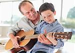 Grand-père, petit-fils de jouer de la guitare d'enseignement