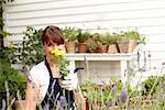 Femme jardinage et à l'odeur des fleurs