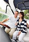 Couple cheval en bateau sur la rivière