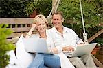 Paar, sitzen in Gange mit laptops