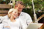 Couple avec tablette numérique ensemble en plein air