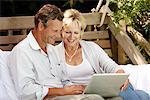 Paar mit Laptop im freien zusammen