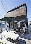 Un barbecue en famille sur la terrasse