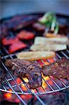 Barbecue avec des légumes sur la grille du barbecue, gros plan