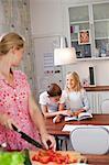 Mère et ses enfants dans la cuisine