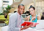 Homme d'affaires et femme d'affaires avec ordinateur portable et tablette numérique de bureau