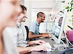 Geschäftsleute mit Arbeiten am Computer im Büro headsets