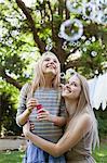 Mutter und Tochter gerade schwimmende Blasen im park