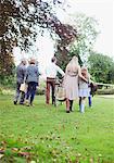 Famille multigénérationnelle, marcher dans le parc