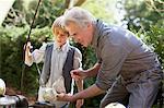 Grand-père et petit-fils d'attraper du poisson avec la canne à pêche