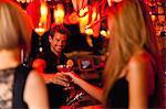 Barman remise femme un cocktail