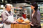 Femme avec des échantillons gratuits en épicerie