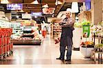 Angestellter im Supermarkt stehen