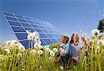 Kinder im Feld mit Sonnenkollektoren