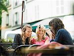 Frauen mit Kaffee am Straßencafé
