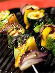 Gros plan de légumes brochettes grillées