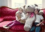 Junge Brüder umarmen große Teddybär, Porträt