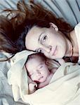 Mère et son bébé nouveau-né endormi, portrait
