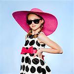 Portrait en studio des porter chapeau élégant girl (10-11), lunettes de soleil et robe