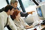 Geschäftskollegen zusammen arbeiten am desktop-computer