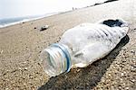 Bouteille en plastique sur la plage