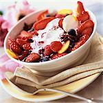 Schale mit Beeren und Früchte mit Sahne und Gewürzen, close-up