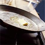 Nahaufnahme von Butter in Pfanne schmelzen