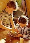 Deux enfants, râper le fromage