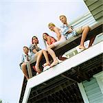 Junge Leute sitzen auf dem Balkon, Flachwinkelansicht
