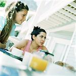 Zwei Mädchen sitzen am Tisch, außerhalb