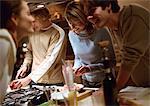 Menschen, gemeinsames Kochen in der Küche