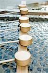 Hishaku louches alignés dans le bassin du traditionnel Shinto Chozuya, Japon
