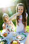 Mädchen essen Süßigkeiten auf Geburtstagsparty