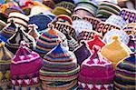 Affichage des chapeaux faits à la main pour la vente au marché sur la place de Rahba Kedima dans les souks de Marrakech, au Maroc, en Afrique du Nord, Afrique