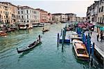 Abend Verkehr am Canal Grande neben der Rialto-Brücke, Venedig, UNESCO Weltkulturerbe, Veneto, Italien, Europa