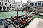 Gondoles amarrées par le pont du Rialto, Venise-UNESCO World Heritage Site, Veneto, Italie, Europe