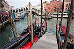 Gondoles line du Grand Canal, à côté du pont du Rialto, Venise, patrimoine mondial de l'UNESCO, Veneto, Italie, Europe
