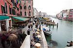 Touristes, des piétons et des cafés à côté du pont du Rialto, Venise, UNESCO World Heritage Site, Veneto, Italie, Europe