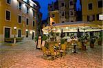 Terrasse de trattoria attrayant dans la vieille ville à la nuit tombante, Rovinj (Rovigno), Istrie, Croatie, Europe