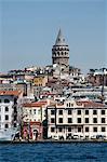 Tour de Galata en arrière-plan, le Bosphore, Istanbul, Turquie, Europe